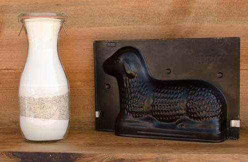 Backmischung im Glas mit Osterbackform